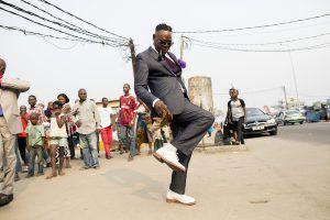 Afrique de l'Ouest | Sapeur dançant dans les rues de Brazzaville