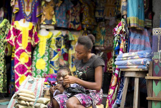 Aktivitäten in Brazzaville: Bunte Kleidung auf einem Markt