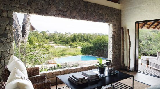 Blick von einer der Private Granite Suiten von Londolozi auf den südafrikanischen Busch