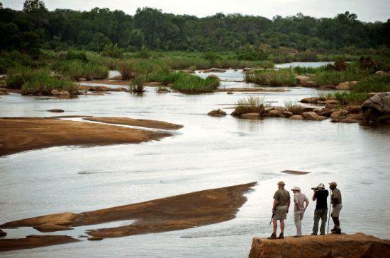 Buschwanderungen im Lion Sands Game Reserve: Gruppe an einem Flussufer
