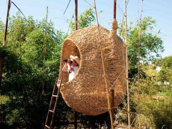 Ein Kind in einem geflochtenen Nest auf der Weinfarm Babylonstoren