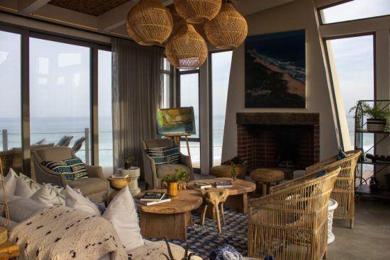 Die Lounge der Lekkerwater Beach Lodge mit Kamin und Ausblick auf den Ozean