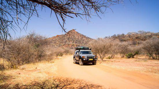 Ein Geländewagen in der südafrikanischen Wildnis