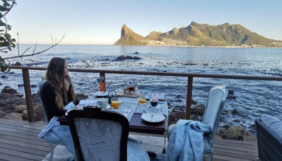 Rhino-Africa-Reiseautorin Katharina beim Frühstück auf der Terrasse von Tintswalo Atlantic
