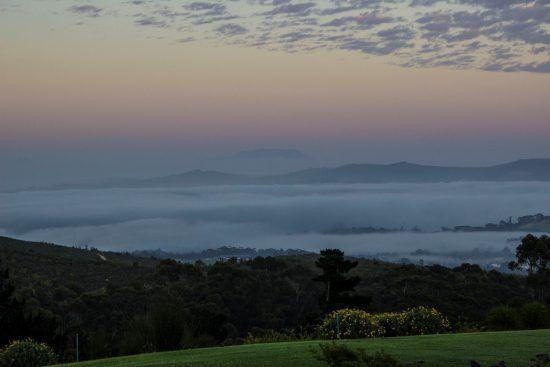 Ein Tag bei Delaire Graff beginnt: Sonnenaufgang mit dem Tafelberg im Hintergrund