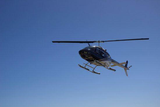 Helikopter in Kapstadt vor blauem Himmel