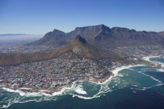 Kapstadt mit dem Lion's Head im Vordergrund aus der Vogelperspektive, bei einerm Helikopterflug in Kapstadt aufgenommen
