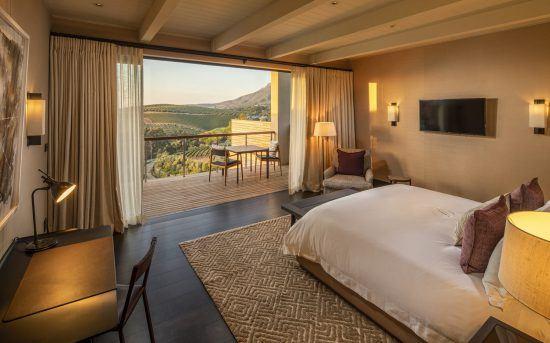 Schlafzimmer mit Balkon einer der Superior Suiten von Delaire Graff