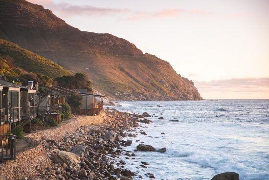 Das Boutique-Hotel Tintswalo Atlantic am Fuße vom Chapman's Peak Drive bei Sonnenuntergang
