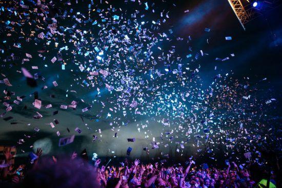 Silvester in Südafrika 2019/20: Menschen feiern und tanzen am Abend, während es Konfetti regnet