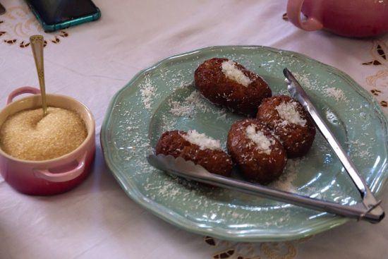 Frisch zubereitete Koesisters auf einem Teller