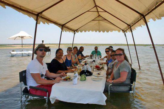 Una experiencia de almuerzo diferente en un viaje educacional de Rhino Africa