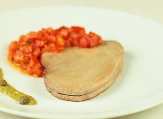 Come preparare il tonno al pomodoro con salsa di capperi