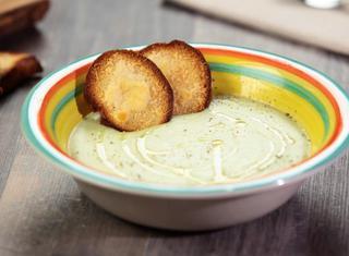 Vellutata di zucchine con crostini al parmigiano