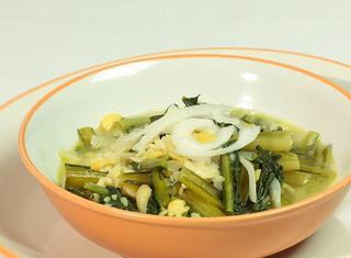 Come preparare la minestra di cicoria, cipolle e fave