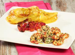 Gamberi, patate e pomodorini al forno
