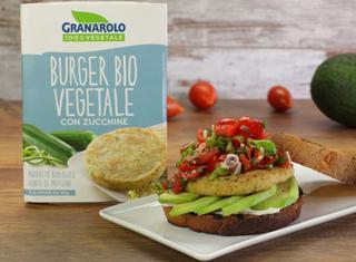 Burger di zucchine con maionese vegana, pico de gallo e avocado