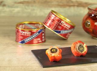 Peperoncini piccanti ripieni di tonno, olive e acciughe