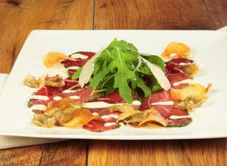 Carpaccio di manzo salsa ai carciofi e scaglie di parmigiano