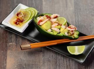 Avocado con gamberetti in salsa thai