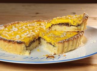 Crostata con crema, pinoli e cioccolato