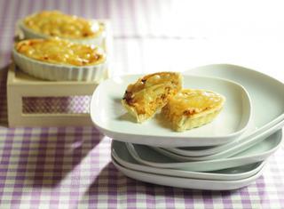 Barchette di pasta brisèe con pollo cipolle e emmenthal
