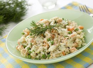 Insalata di riso con salmone e verdurine