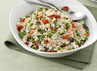 Insalata di riso con verdure e gamberi
