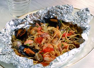 Come preparare gli spaghetti al cartoccio con i frutti di mare