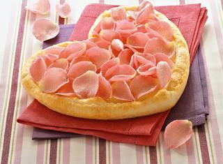 Come preparare la torta ai petali di rosa