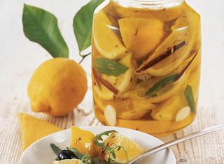 Limoni sott'olio all'aglio e alloro