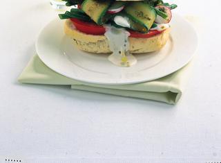 Panino con verdure e salsa al formaggio