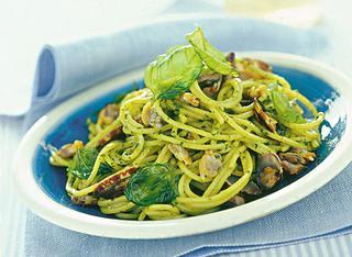 Spaghettini con vongole al pesto e basilico fritto