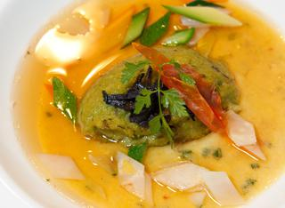 Royale di cipolla bianca di Giarratana fondente con spuma di broccoli, consommé di pollo di Bresse e coriandoli di verdure alle erbe
