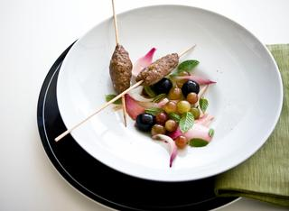 Kebab di agnello con uva e cipolle