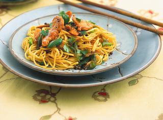 Noodles saltati con maiale e verdure