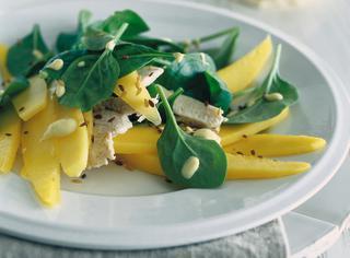 Insalata di pollo al mango e semi di lino
