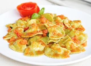 Ricetta Pansotti di gamberi e zucchine al pomodoro