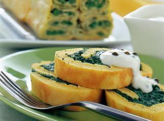 Rotolo di uova con spinaci e robiola