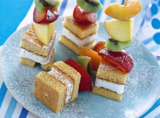 Spiedini di frutta e pan di Spagna