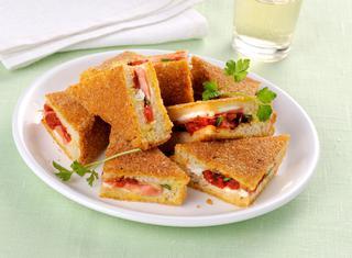 Sandwich fritti con ripieno di pomodori al forno