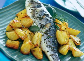 Branzino con patate e erbe aromatiche