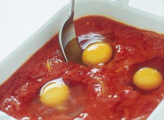 Teglia di uova, pomodoro e formaggi