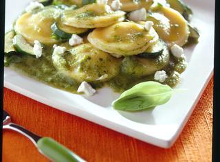 Ravioli con salsa di zucchine