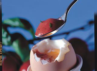 Uova alla coque con pomodoro fresco