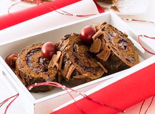 Rotolo di pasta biscotto al cacao e ciliegie sotto spirito