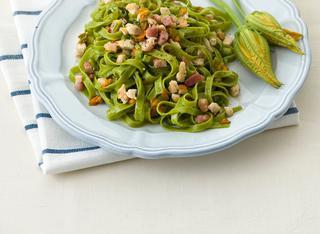 Tagliatelle verdi con pollo e zucchine