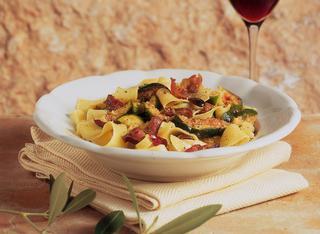 Ricetta Tagliatelle ai fichi freschi con prosciutto e olive