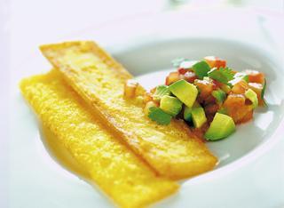 Sfoglie di polenta fritta con avocado e salsa piccante