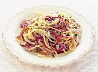 Spaghetti alla cipolla rossa e acciughe sotto sale